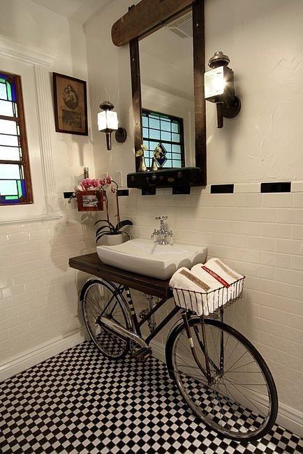 Banheiro charmoso com bicicleta